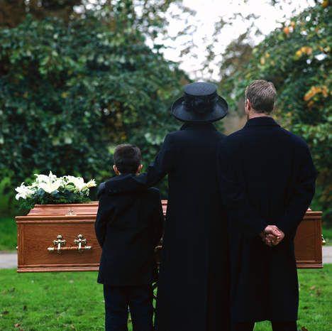 Zij kwam zonder uitnodiging naar de begrafenis - Moderne Manieren - TROUW