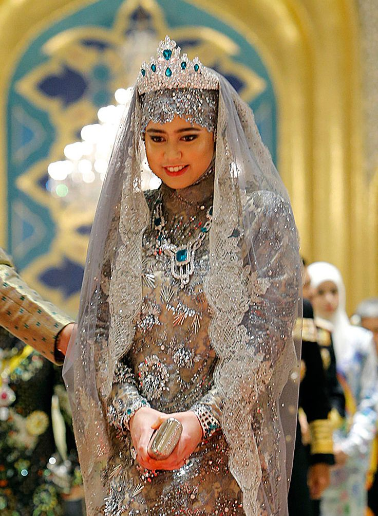 Princess Hajah Hafiza Sururul Bolkiah, the fifth daughter of Brunei's sultan, wearing emerald and diamond tiara in her wedding in 2012.