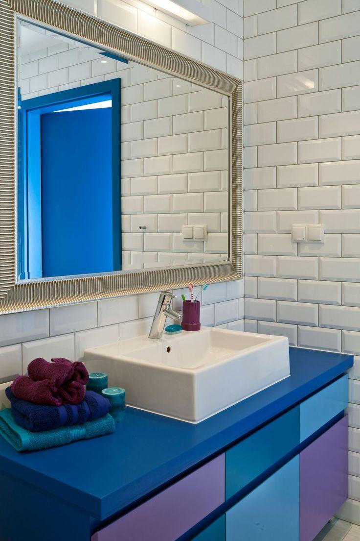 <p>Projekt małej kolorowej łazienki jest ciekawy, a wesoła paleta kolorów przełamuje monotonię bazowej bieli. Dzięki konsekwencji w doborze dodatków <strong>mała łazienka</strong> stała się uporządkowana i ciekawa. Wnętrze małej łazienki jest jasne, proste i przestronne.</p>