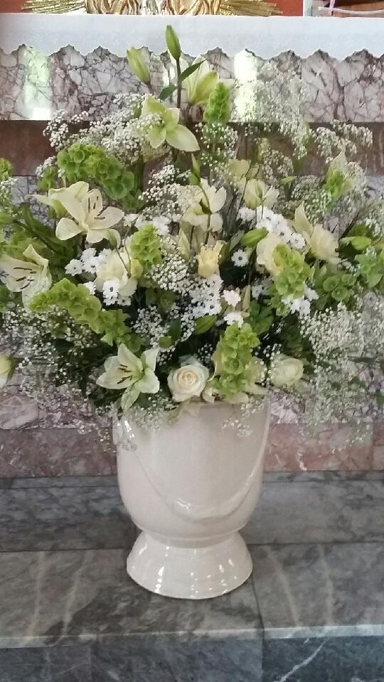 Dekoracja ołtarza - eustoma, molucella, lilie, chryzantemy, róże, gipsówka