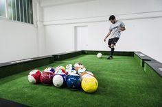Le Snookball est une pratique hybride mélangeant billard et football. Les principes de jeux sont basés sur le billard, cependant les billes sont remplacées par des ballons de foot et la queue de billard par une paire de chaussure. Le Snookball tire son originalité de la structure. En effet la table de jeu est un billard géant de 3m60*6m60. Location jeu sport  Snookball - Foot billard Lys-lez-Lannoy (59390)