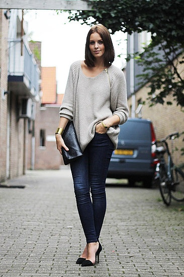 >>> Grey sweater.  Blue skinny jeans. Black pointy shoes.  Black clutch.