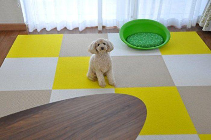大切な愛犬の足腰の健康を守るため、フローリング床の上に滑らない素材のマットやカーペットを敷く飼い主さんは多いですが、中でも愛犬家たちに人気ののマットが、「タイルカーペット」です。タイルカーペットなら、滑り止め効果もバツグンで設置も簡単。汚れてもその1枚だけをはがして洗えばいいので手入れがとにかく楽なんです。「東リ」や「サンゲツ」などといったタイルカーペットの各メーカーも、昨今のペットブームを受けて、ワンちゃんたちにとってより良いタイルカーペットを次々と発売していますよね。  そこで今回は、愛犬家たちから根強い支持を受けている「タイルカーペット」を大特集。簡単に洗えるだけでなく、撥水・消臭・防音など高機能のおすすめ商品を幅広くご紹介していきます。ぜひ、大切なワンちゃんはもちろん、家族みんなが快適に過ごせる商品を探してみてくださいね。