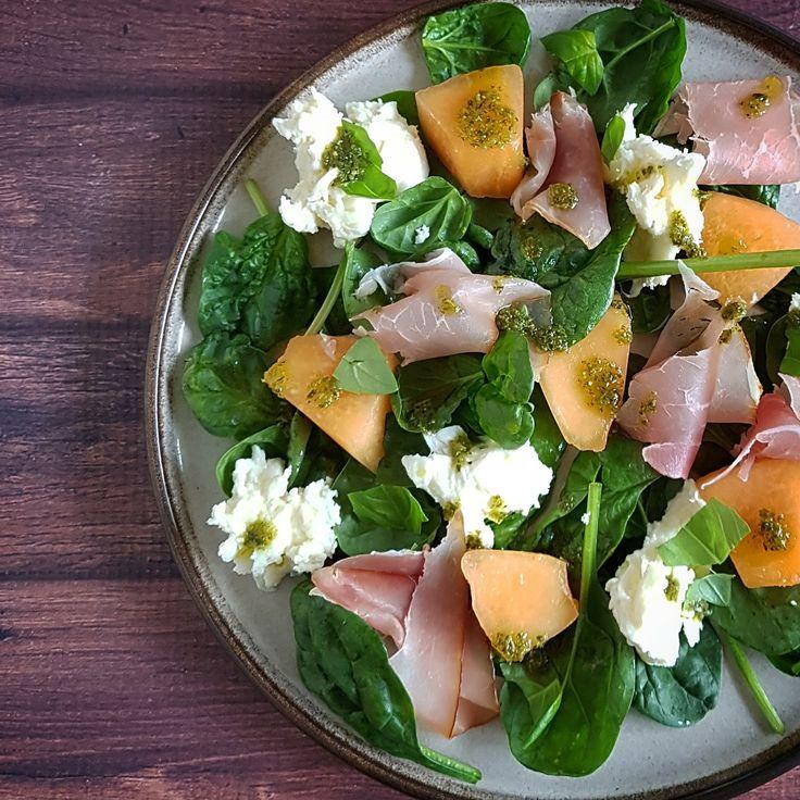 Deze salade met mozzarella, rauwe ham en meloen met pestodressing is heerlijk! Lekker zoutig door de ham en met een zoetje van de meloen.