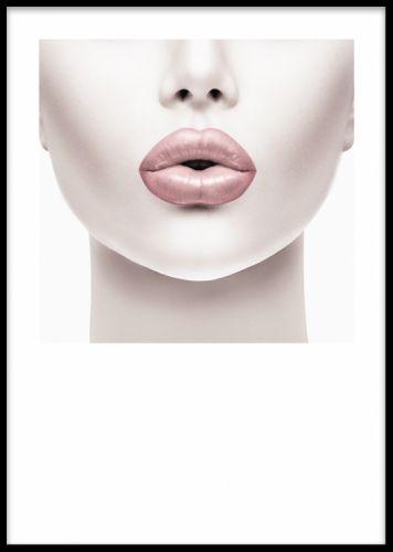 Pink Lips, poster. Poster med fotokonst. Affisch med fotografi på kvinna med rosa läppar. Stilren och trendig poster med fashion motiv. Denna tavla passar fint i ett tavelcollage på vägg i vardagsrummet med våra andra utvalda fotografier. Som till exempel våra fashion affischer eller svartvita mode illustrationer.