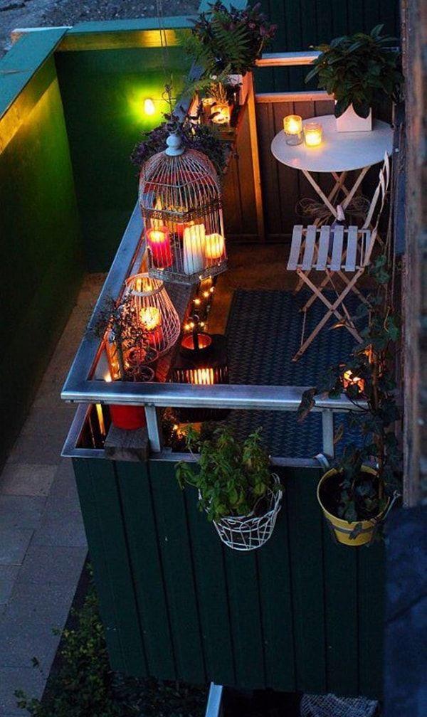 Jaulas con velas para decorar un balcón pequeño