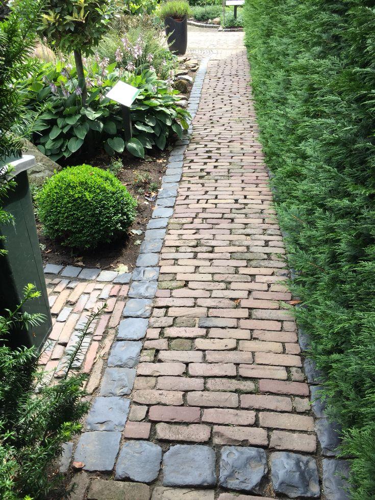 Garden Pavement idea | Kinderkoppen, waaltjes | Tuinpad