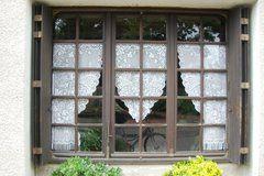 Grappige vitrage in Vivans, Bourgogne, Frankrijk (Trudi)