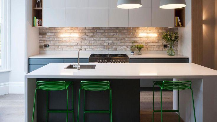 Кухня в стиле минимализм с бело-серой мебелью. Кухонный остров полностью соответствует стилю кухни. .