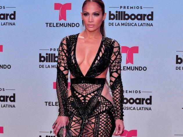 Alex Rodriguez dürfte mächtig stolz auf seine neue Freundin sein: Jennifer Lopez legte bei den Billboard Latin Music Awards in einem spektakulären Outfit einen grossen Auftritt hin. Auf dem roten Teppich in Miami präsentierte die Sängerin und Schauspielerin eine sexy schwarze Robe des britischen Modedesigners Julien Macdonald.