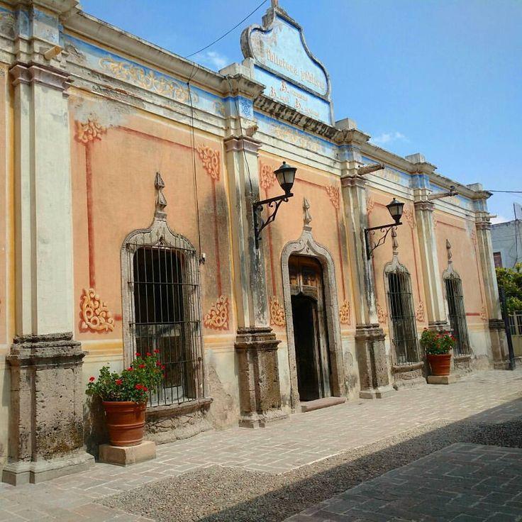 Biblioteca Pública Municipal Astrónomo Ángel Anguiano, construida a mediados del siglo XIX. #encarnaciondediaz #jalisco #mexico (en Encarnacion De Diaz, Jalisco)