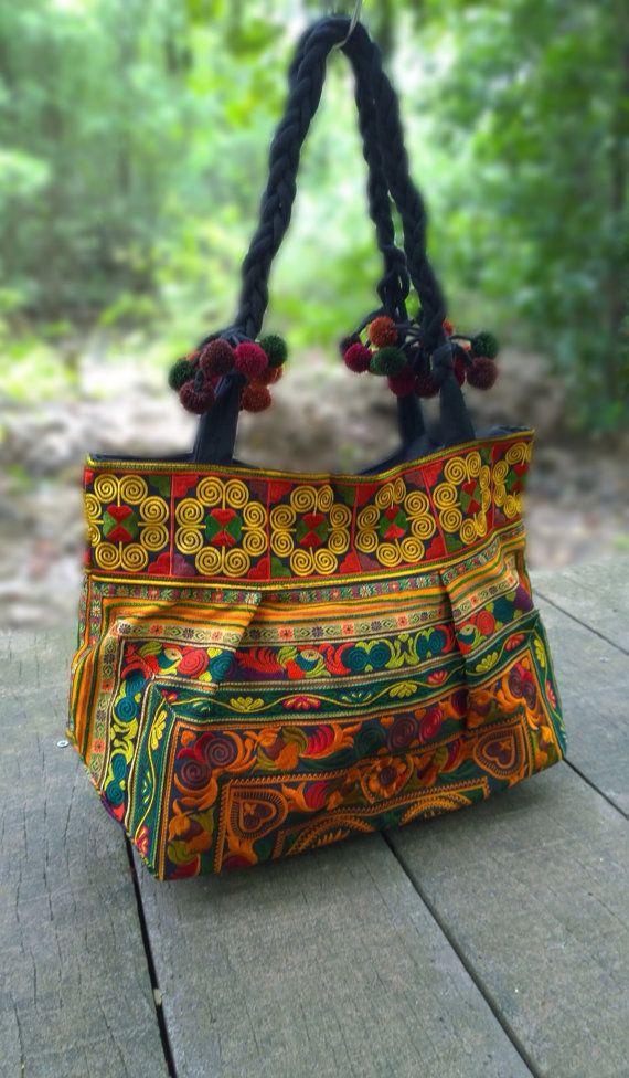Een etnische Boho stijl Tote tas handgemaakte met traditionele Hmong stof. Deze tas vertoont briljante kleuren met vet geborduurde patronen van exotische bloemen, wijnranken en vogels.  KENMERKEN:  Levendige geborduurd op gefietst textiel Comfort & lichtgewicht Een volledig bekleed met rits compartiment en een interieur met rits Duurzame mode design met een blijvende indruk   MATEN:  Lengte (cm) - 50 Breedte (cm) - 20 Hoogte (cm) - 55  GEWICHT - 500 gram  VERZENDKOSTEN: Goederen toegestuurd…