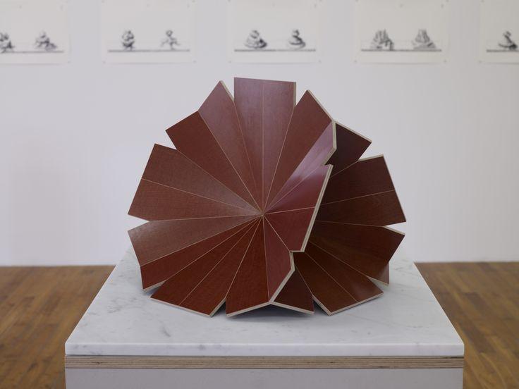 Raphaël Zarka,Forme à clé, 2011, sculpture, contre-plaqué bakélisé , Courtesy galerie Michel Rein, Paris, © Marc Domage