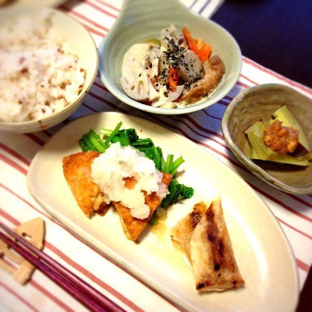 寝坊しちゃった( ›◡ु‹ )  で、大慌てで 残りものと あり合わせで。  ◦がんもと小松菜のおろしのせ ◦残りもの春巻き ◦蒸しさつまいも 味噌ピー和え ◦野菜と車麩の重ね蒸し煮 ◦はと麦と赤米入りごはん  青菜、味噌、胡麻、 根菜、たんぱく質、 朝に取りたいモノは 取り入れつつ バタバタ朝ごはんでした。  ごちそうさま(∩❛ڡ❛∩) - 28件のもぐもぐ - 朝ねぼう ごはん by きみどり