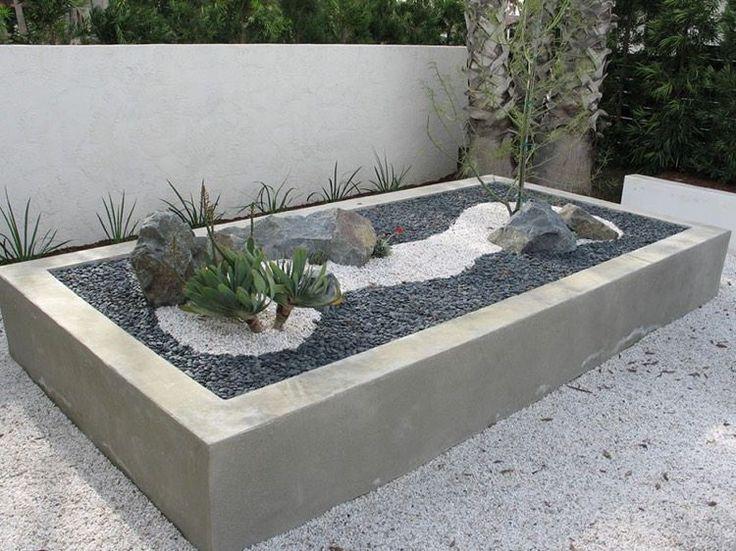 grand bac à fleurs en béton de design rectangulaire pour y aménager un petit jardin de rocaille moderne