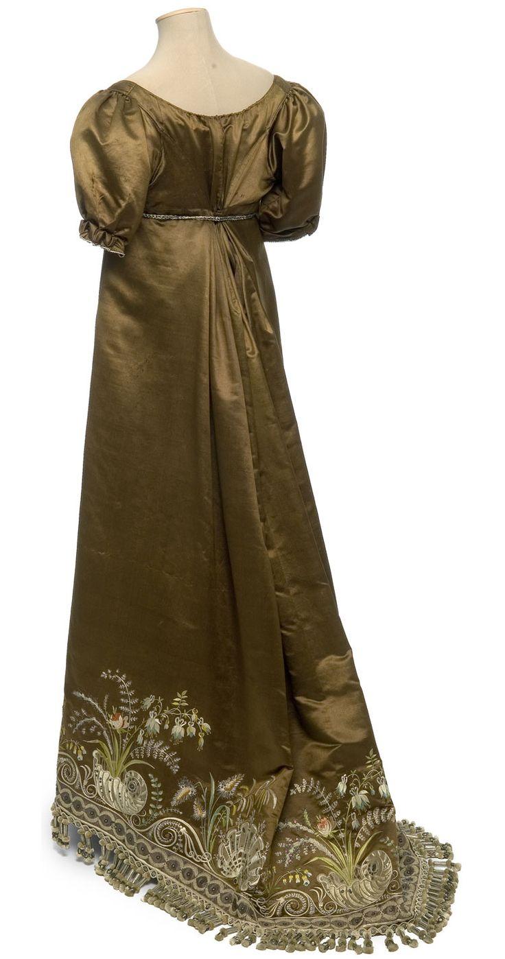 Robe, France, vers 1810