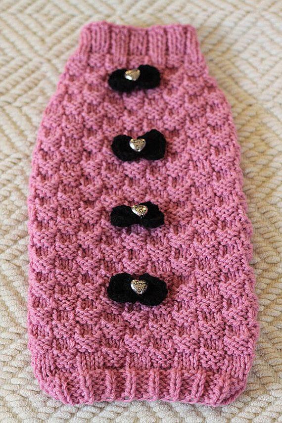 Flambant neuf, jamais porté. Ce doux petit chandail rose est chaud doux et confortable. Entièrement tricotés à la main avec ajouté arcs noirs avec des centres de perle coeur en argent. Parfait pour nimporte quel petit chien ayant besoin dun peu de chaleur supplémentaire. Votre chiot se penchera tout à fait aller chercher !  Taille : petit Sans étirement measurments : Cou - 9 « poitrine - dos longueur de 15-16- 13,50 »  Ce pull a un peu détirement pour elle, donc cest facile, facile hors…