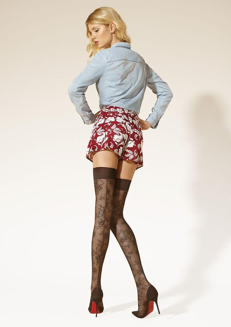 Ultra seksowne pończochy ozdobione motywem koronki oraz tylnym szwem. Wykończone komfortowym, szerokim ściągaczem. Must have sezonu! Skład:89% Poliamid, 10% Elastan, 1% Bawełna