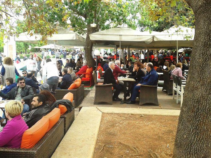 Καφετέριες στην πλατεία Νέας Σμύρνης την 28η Οκτωβρίου
