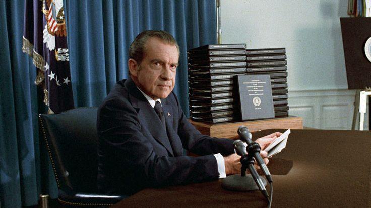 """El expresidente estadounidense Richard Nixon era un hombre """"vengativo, torpe e inseguro"""" que """"mintió"""" en 1972 sobre el impacto real de los bombardeos en Vietnam, en plena campaña para su reelección, son algunos de los detalles secretos revelados en el nuevo libro sobre uno de los mayores escándalos políticos en la historia de EE.UU. conocido como 'Watergate'."""