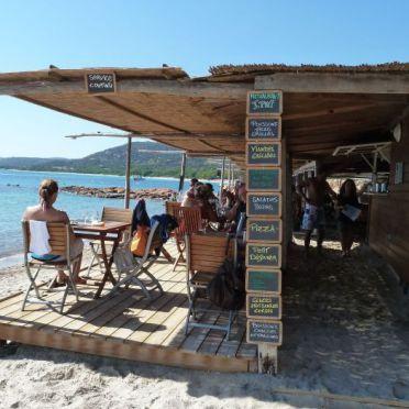 """Corsica / I Pini  strand Palombaggia Aan een soort van droom baai ligt dit te leuke restaurant. Voeten in het water , wijtje in de hand , niks aan de hand. Lekker chillen. """"ober mijn glas is…"""