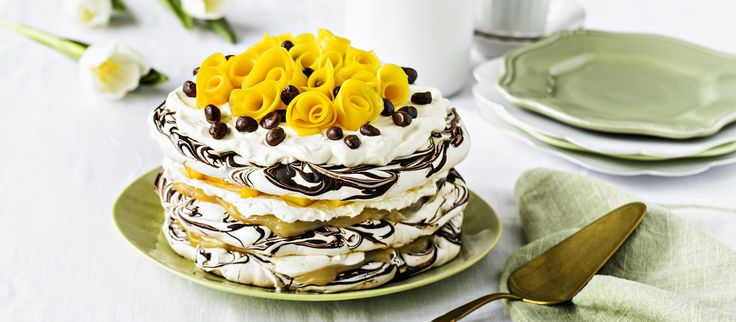Mangoruusuilla koristeltu suklainen marenkikakku on makea päätös vaikkapa pääsiäisaterialle. N. 1,20€/annos*.
