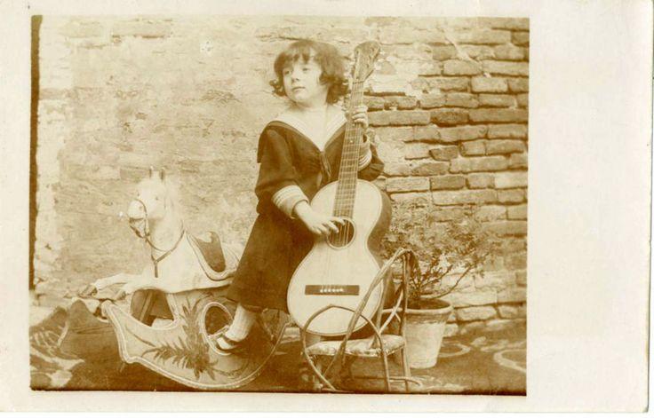 GIOCHI DI BIMBA,CHITARRA E CAVALLO A DONDOLO-FOTO D EPOCA/OLD PHOTO PRIMO  900
