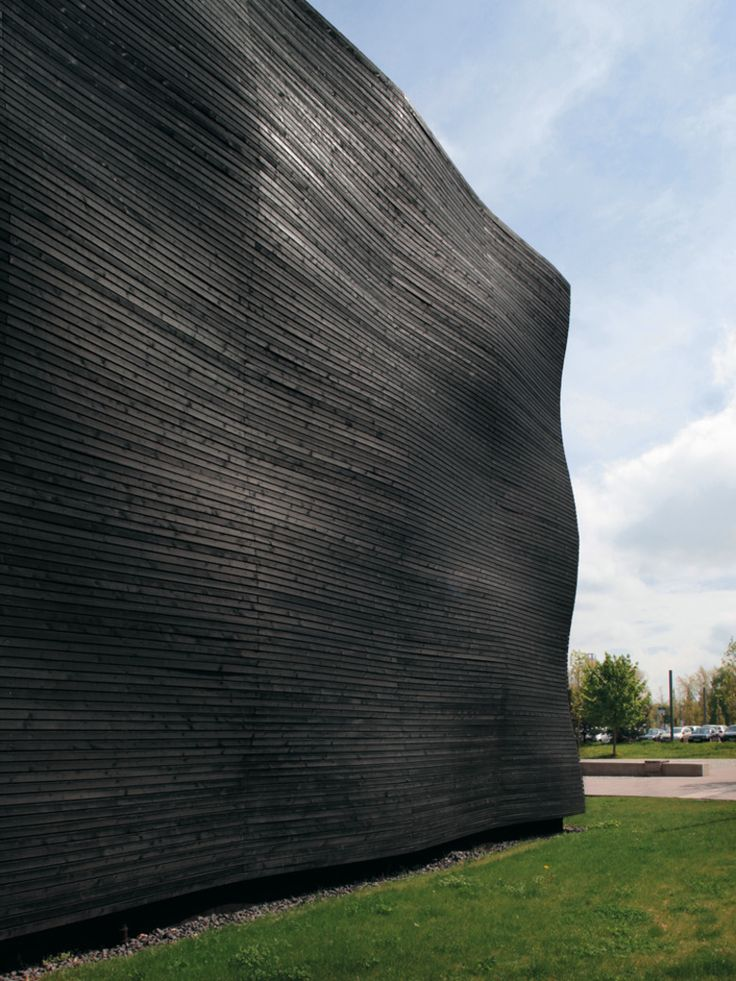 In Stuttgart we can observe the striking facade of the auditorium of the University of Hohenheim built in carbonised and wavy fir wood. This work from Deubzer König + Rimmel Architekten studio stands out not only foe the blackness of burned wood, but also for the undulations of the strips and the organised disposition which creates an extremely interesting visual effect.