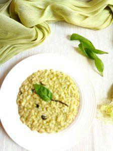 Risi e baccelli di bisi Un risotto riciclone con i baccelli di piselli,, mantecato con la robiola e profumato al basilico