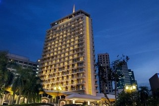 The Dusit Thani is the landmark 5 star hotel in the Saladaeng Silom area. Located at the corner of Silom and Rama IV along the SkyTrain and MRT lines.