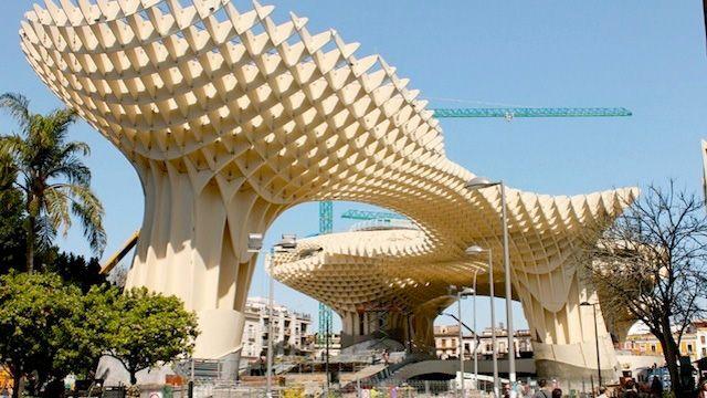 スペインにある世界最大の木造建造物・Metropol Parasol。見上げても足りないほど巨大で、形も複雑。どのようにして造られたのだろう。