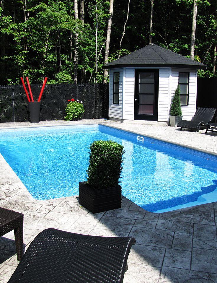 Magnifique piscine creusée avec béton estampé. Piscines Val-Morin Signature #piscine #pool