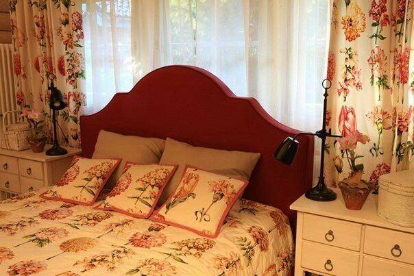 Спальня. Изголовье у окна