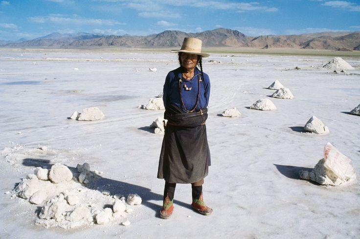 Salzgewinnung auf dem Chang Thang, 1987:  Das nördlich gelegene Hochland umfasst mehr als die Hälfte des gesamten Landes und hat zugleich eine der geringsten Bevölkerungsdichten der Welt. Der größte Teil der Region wird von allen gemieden, weil dort nichts wächst.