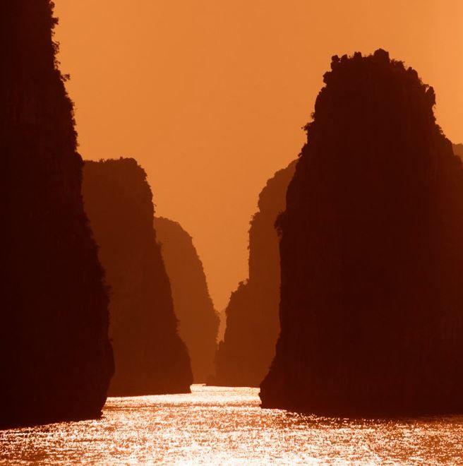 Formaciones cársticas de Bai Tu Long, en la bahía de Halong, Vietnam
