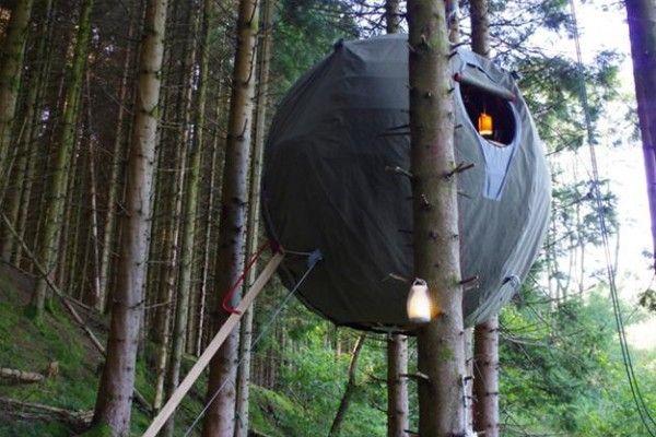 La tente de camping est un habitat comme un autre, les designers et architectes s'y intéressent et trouvent de nouvelles conceptions aussi originales que ludiques. Aujourd'hui, je vous présente la Tree Tent de la société anglaise Luminair. Cette tente sphérique se suspend dans les arbres et peut accueillir deux adultes. Elle n'est pas adaptée pour le voyage, c'est une structure semi-permente qui trouvera, par exemple sa place, dans le jardin d'une maison.