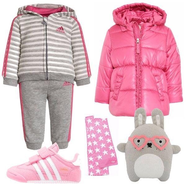 Per+un+pomeriggio+dai+nonni,+un+outfit+comodo+e+caldo+per+la+nostra+piccolina.+Tuta+con+fantasia+a+righe+e+cappuccio,+giacca+invernale+pink,+scarpe+sportive+con+chiusura+con+velcro,+sciarpa+e+il+suo+amato+pupazzo.