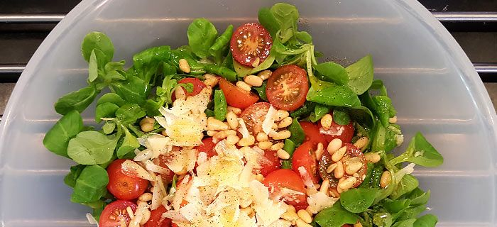 Een supersnelle salade met veldsla, rucola en tomaatjes. Een lekker bijgerecht of heerlijk als lunch.
