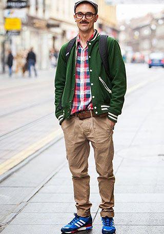 緑スタジャンとチノパン×青スニーカーの着こなし(メンズ)   Italy Web