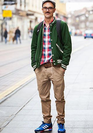 緑スタジャンとチノパン×青スニーカーの着こなし(メンズ) | Italy Web