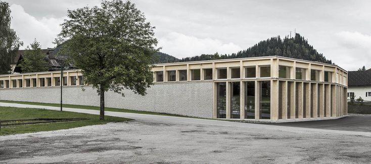 """Vista exterior. LP architektur ganan el premio """"best architects 18 award"""" en la categoría de edificios comerciales/industriales por el MPREIS St. Martin. Fotografía © LR Architekur"""