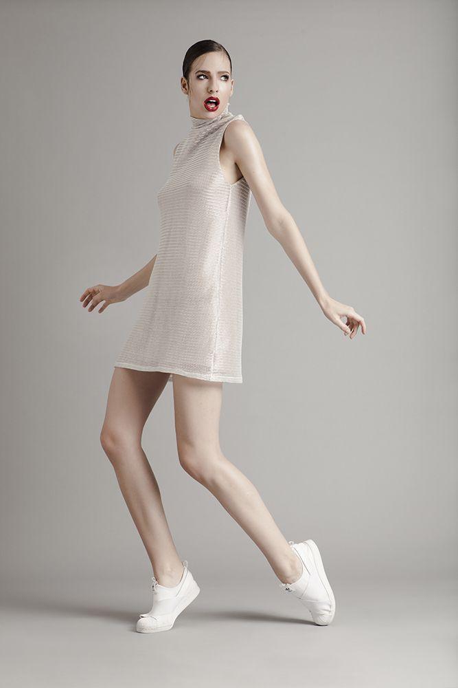 Ensaio de moda e beauty com a modelo Talita Hartmann em estúdio com iluminação de flash prophoto em fundo cinza para editorial Beauty: André Matos