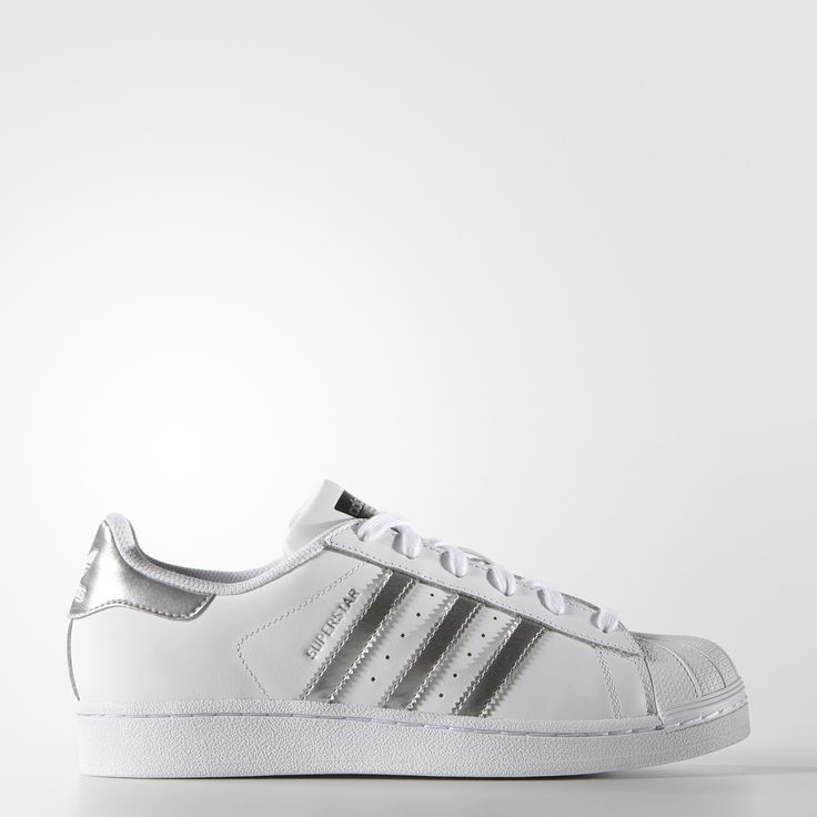 The adidas Superstar shoe stepped onto basketball courts in 1970, earning a sterling reputation in the NBA before moving to the street. These women's shoes honour the shell-toe look with a leather upper and shiny metallic accents.