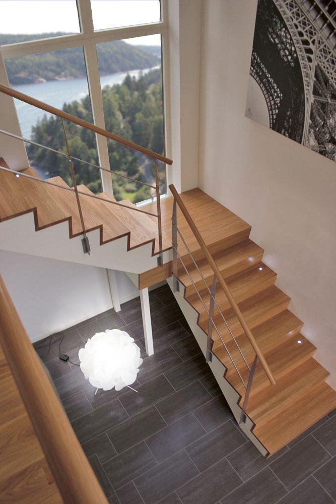 Trappa Zäta 2. L-trappa med vilplan. Steg i klarlackad ek & vitmålad vang.  #trappa #edge #ek #oak #stair #snickarlaget #design #inredning #inspo #inspiration #interior #interiör