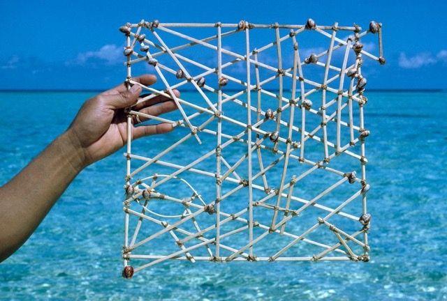 どこでも手に入るヤシの枝と貝殻で作られた非常にシンプルなマーシャル諸島の海図「スティック・チャート」。見た目は非常に簡素なものですが、実は代々受け継がれてきた知恵がつまったとても洗練されたナビゲー...