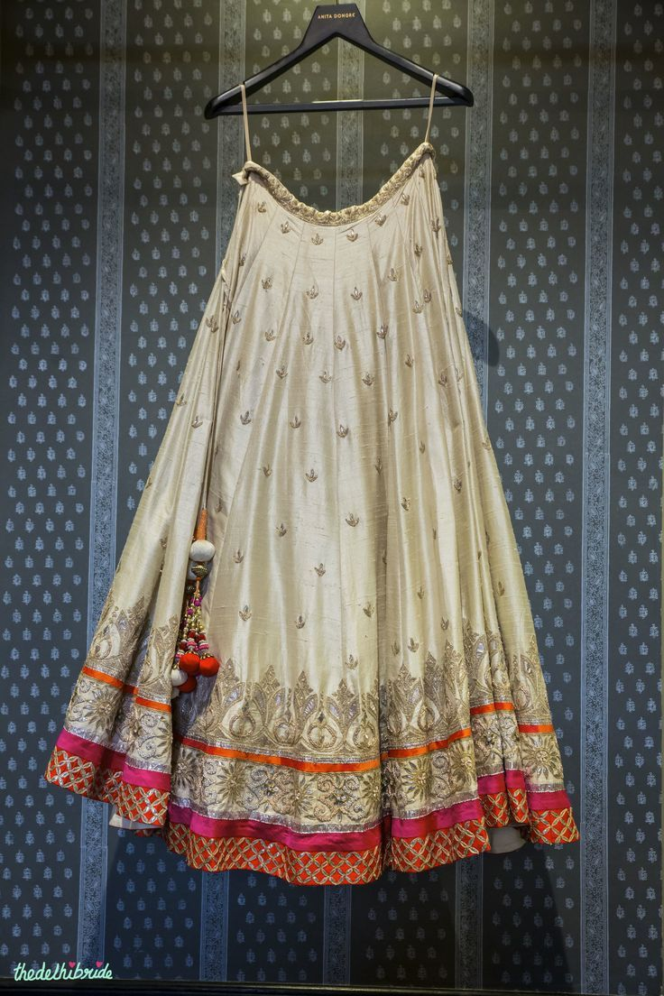 What an elegant beauty this Anita Dongre raw silk lehenga is! ♥ Teemed with a fuchsia pink blouse and orange dupatta, this would be so perfect for a classy bride on her Sangeet!