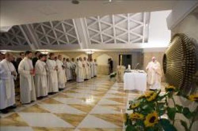 """Il Papa: evitiamo di essere """"cristiani pipistrelli"""" che hanno paura della gioia della Risurrezione"""