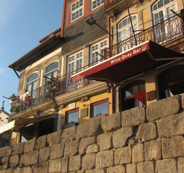 Ken je het Portugese gerecht Bacalhau à Gomes de Sá? Dit kabeljauw recept uit Porto is ooit bedacht door José Luís Gomes de Sá. Ter nagedachtenis aan hem en aan zijn kabeljauwgerecht, hangt er een bordje aan de voorgevel van het huis waar hij in 1851 is geboren. Hoe leuk is dit? #kabeljauw #recept #Portugal