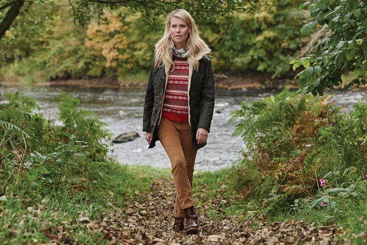 Barbour Bleaklow Wax jacket  Heerlijke warme waxjas voorzien van afneembare capuchon. Tevens heeft deze jas steek- en klepzakken. Deze jas is gemakkelijk aan elke pasvorm aan te passen door het trekkoord om de heupen.  Deze jas biedt u bescherming tegen het ergste winterweer!