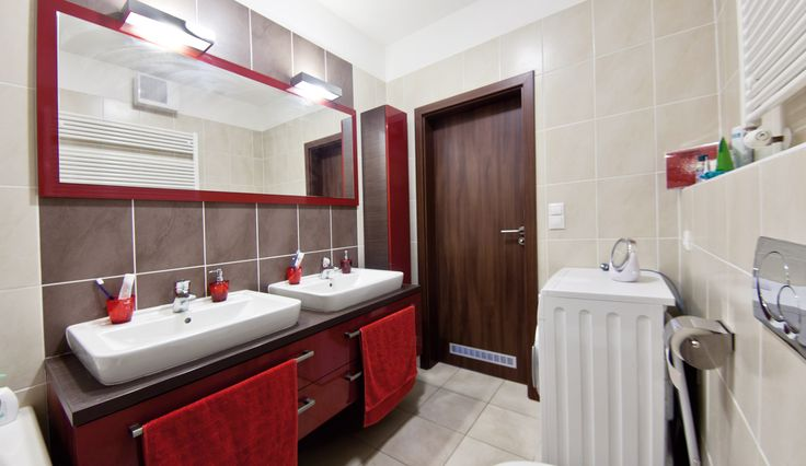Koupelna s výraznými červenými prvky